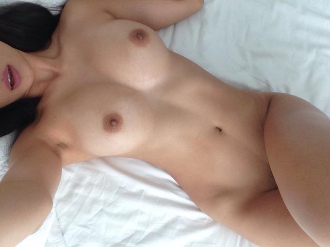chaude femme nue se dévoile dans le 22