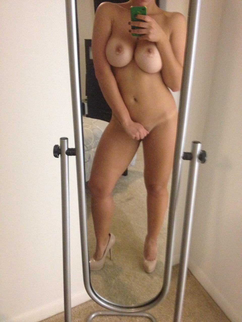 meuf ultra sexy et nue dans le 80